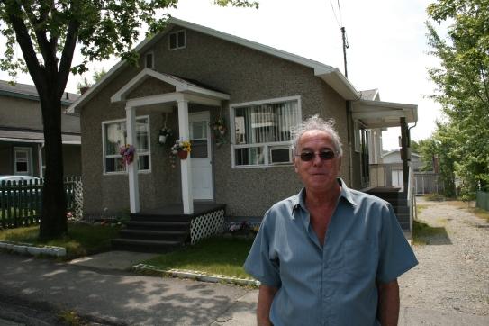 Yvan Ducharme devant la maison de son enfance