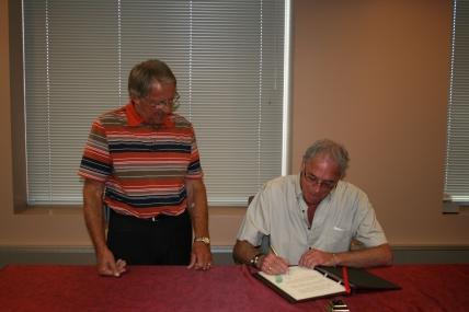 Lors de la signature du livre d'or de la ville de Rouyn-Noranda en 2007 en compagnie du Maire Monsieur Roger Caouette